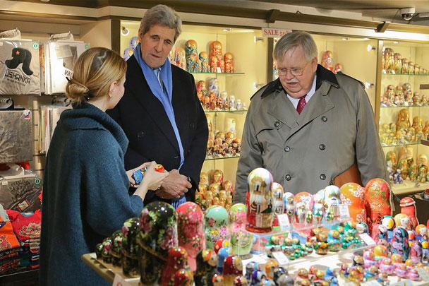 Джон Керри купил матрешку и пообщался с москвичами