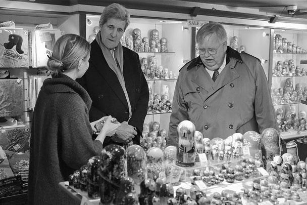 Госсекретарь США Джон Керри не ограничился общением с политиками в ходе визита в Москву. Он прогулялся по Арбату, где зашел за подарками в сувенирные лавки, а также пообщался с простыми москвичами. Компанию ему составили Джон Теффт и Виктория Нуланд