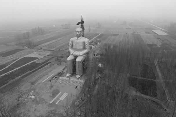 На востоке Китая в селе Тунсюй установили памятник бывшему лидеру компартии Мао Цзэдуну. Скульптура достигает 36 метров в высоту. Окрашенная в золотой цвет фигура выполнена из стали и бетона. Стоимость монумента составила три миллиона юаней (около 400 тысяч евро)