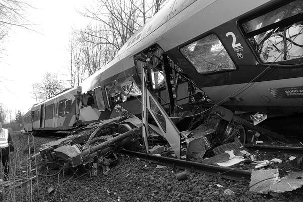 Недалеко от немецкого города Бад-Айблинг столкнулись два пассажирских поезда, в результате погибли восемь человек, более 150 ранены, в том числе 50 человек – тяжело. Катастрофа произошла в труднодоступном районе, эвакуация ведется при помощи вертолетов