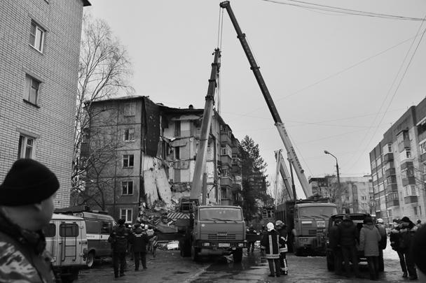 Многоквартирный дом обрушился в Ярославле – по предварительным данным, от взрыва газа. В результате погибли четыре человека. Полностью разрушены пять квартир, повреждены еще 20. СК возбудил дело о выполнении работ или оказании услуг, не отвечающих требованиям безопасности
