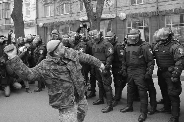 Украинские националисты из батальона ОУН закидали камнями здание украинской «дочки» Сбербанка возле станции метро «Арсенальная» в Киеве. Как сообщили в руководстве, здание получило незначительный ущерб. Погромщики таким образом отметили годовщину кровавых событий на Майдане в феврале 2014 года
