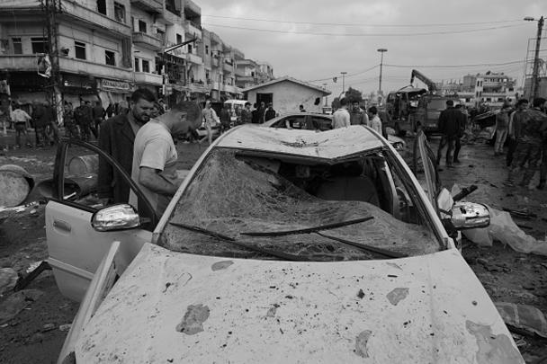 Серия взрывов в сирийском городе Хомс унесла жизни минимум 46 человек. Насчитывается более ста раненых, число жертв продолжает расти. Взрывы прогремели в центральном районе аль-Захра, в утренние часы на одной из центральных улиц. Взрывные устройства привели в действие два террориста-смертника