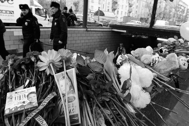 Москвичи во вторник несут цветы к станции метро «Октябрьское поле» в память об убитой маленькой девочке. В жестоком убийстве ребенка подозревается его няня – уроженка Узбекистана. Около входа в подземку женщину задержали правоохранители