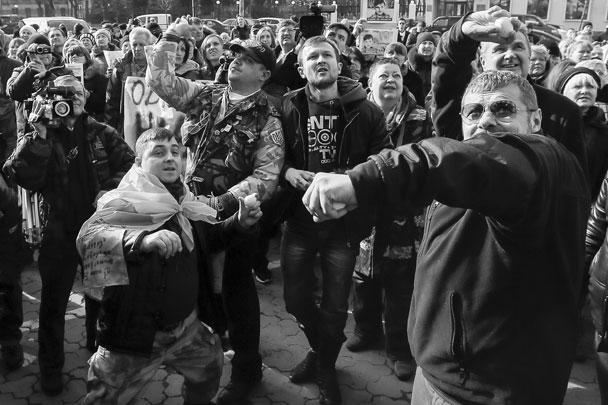 Так называемый мирный митинг за освобождение обвиняемой в убийстве российских журналистов Надежды Савченко привел к тому, что протестующие закидали посольство России на Украине яйцами и камнями. Еще одна группа хулиганов ранее испортила машины российских дипломатов