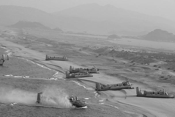 Северокорейская армия отработала высадку десанта на морском побережье Южной Кореи и наступление. На учениях присутствовал лидер КНДР Ким Чен Ын, лично руководивший маневрами. Так КНДР ответила на прошедшие недавно совместные военные учения США и Южной Кореи Key Resolve и полевые маневры Foal Eagle, которые Пхеньян назвал провокацией