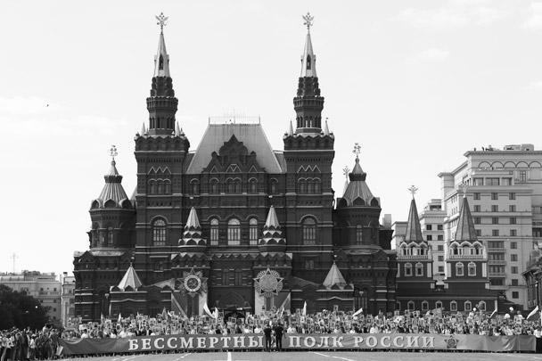 В России и десятках других стран мира 9 мая проходит мемориальное шествие «Бессмертный полк». В Москве во главе колонны на Красной площади шел президент России Владимир Путин, который принимал участие в шествии второй год подряд