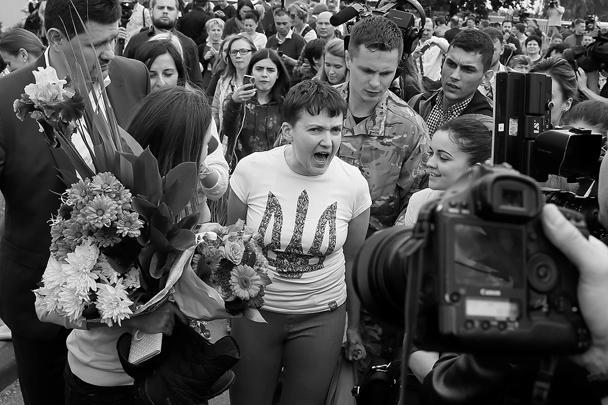 Украинская летчица Надежда Савченко была встречена на родине с большим ажиотажем. Накричав на журналистов и рассказав о планах на будущее, она в сопровождении сестры отправилась на аудиенцию к Порошенко, который заготовил для «героини» пламенную речь и медаль