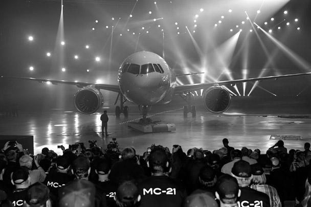 Корпорация «Иркут» (в составе ОАК) провела торжественную церемонию выкатки самолета МС-21-300, предназначенного для проведения летных испытаний. Это первый со времен СССР новейший российский магистральный лайнер, который, по словам Медведева, поможет России удержаться в «высшей лиге»