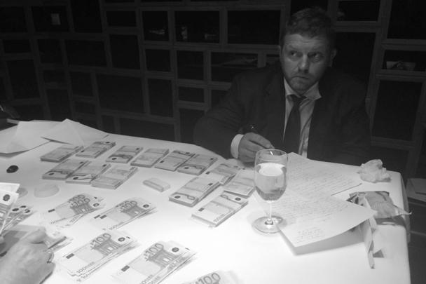 На этой фотографии, распространенной Следственным комитетом, кировский губернатор Никита Белых пишет первые показания по поводу лежащих перед ним купюр. Как утверждает следствие, это крупная взятка, предназначавшаяся чиновнику