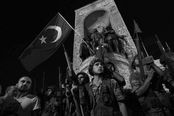 Турецкий генеральный штаб заявил об аресте политического руководства и о захвате власти в стране. Военный переворот вызвал резкую реакцию и президента Эрдогана, и жителей Стамбула, которые по его призыву вышли на улицы