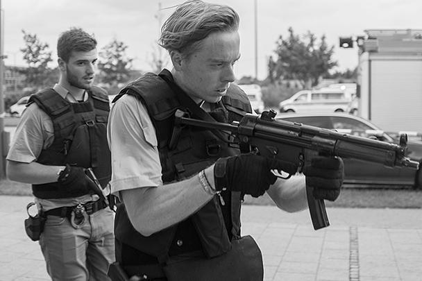 В перестрелке в торговом центре Мюнхена погибло по меньшей мере три человека. Погибших может быть гораздо больше: СМИ пишут о 15 жертвах. Убийца еще на свободе