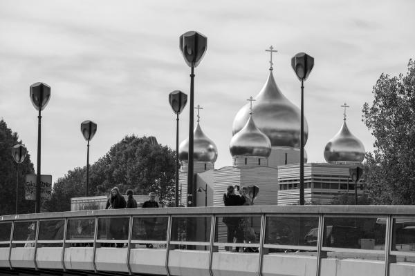 В Париже состоялось торжественное открытие Российского православного духовно-культурного центра. Комплекс зданий, жемчужиной которого стал пятиглавый собор Святой Троицы, возведен на набережной Бранли в историческом центре французской столицы. Центр будет служить новым связующим звеном между Францией и Россией
