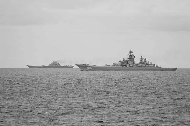 Западная пресса, особенно британская и норвежская, заполнена фотографиями российских кораблей, идущих на выполнение задания к берегам Сирии. Возглавляют группировку авианосец «Адмирал Кузнецов» и ракетный крейсер «Петр Великий»