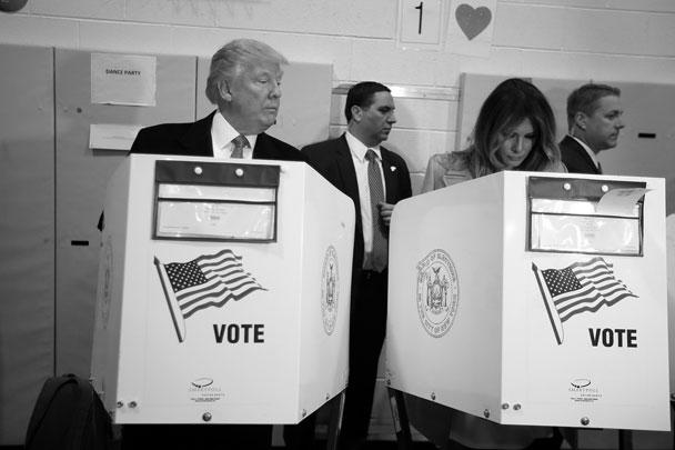 Голосование на выборах президента США напоминало фильм с открытым финалом – как, впрочем, и вся президентская кампания. Первоначально чаша весов склонялась в пользу Клинтон, но по мере подсчета голосов фортуна все больше улыбалась Трампу. По данным на утро 9 ноября (по московскому времени), после обработки 80% бюллетеней 52 млн американцев выбрали Трампа.  Сам эксцентричный миллионер, ставший фаворитом «одноэтажной Америки», проголосовал в родном Нью-Йорке и демонстрировал хладнокровие