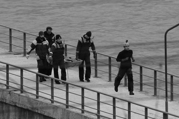В Черном море проходит операция по поиску погибших при крушении Ту-154. На борту самолета находились 93 человека, в том числе семь журналистов, 64 сотрудника ансамбля имени Александрова и глава фонда «Справедливая помощь» Доктор Лиза