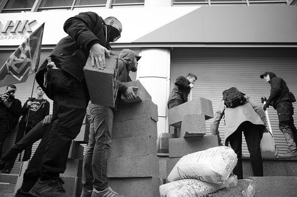 Члены нацбатальона «Азов» заблокировали вход в отделение Сбербанка в Киеве, построив стену из бетонных блоков. Активисты «Азова» называют «стену перед российским банком первым шагом к построению границы с Россией»