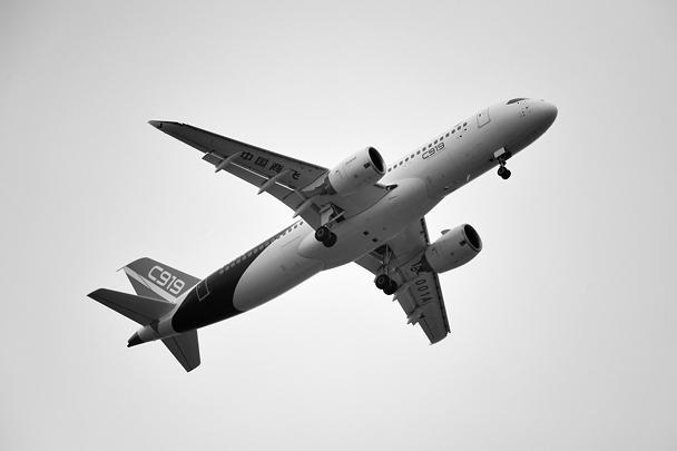 Китай стал четвертой страной в мире, способной строить дальнемагистральные пассажирские лайнеры. Самолет C919 совершил успешную посадку после дебютного испытательного полета
