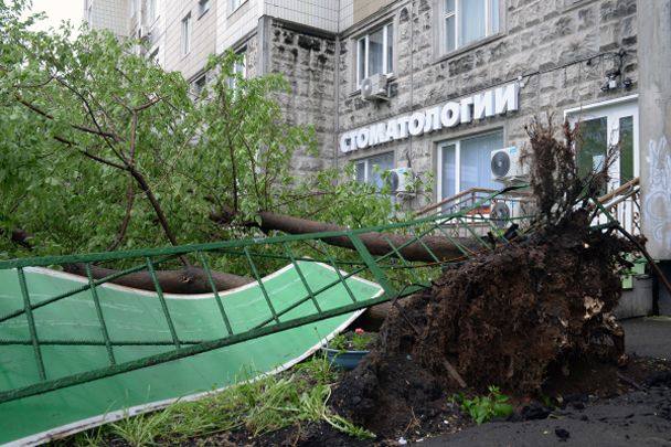 Как минимум восемь человек погибли и десятки пострадали в результате крупнейшего за последние годы урагана, пронесшегося по Москве. Ветер вырывал с корнем деревья, сносил крыши, рвал рекламные конструкции и опрокидывал мусорные контейнеры