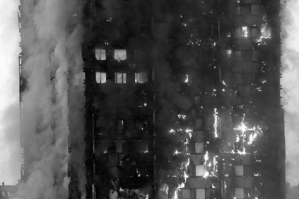 Крайне трагичный, хотя и весьма зрелищный пожар произошел в Лондоне. Жителям приходилось выбрасывать из окон детей в попытке спасти их от огня. В итоге погибло как минимум шесть человек