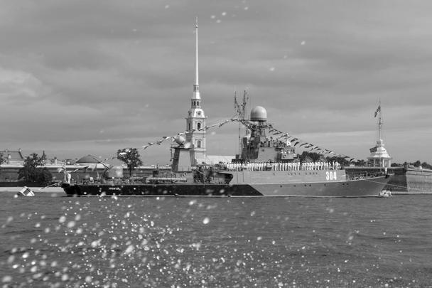 Главный военно-морской парад в честь Дня ВМФ состоялся в Санкт-Петербурге. Парад стал одним из наиболее впечатляющих мероприятий подобного рода за всю историю современной России