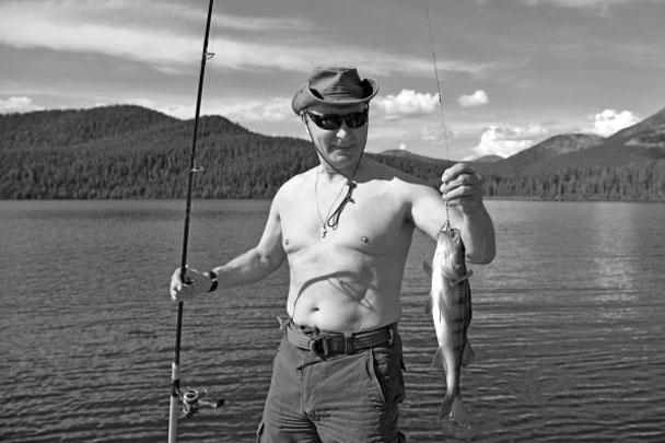 Во время двухдневной поездки в Туву Владимиру Путину удалось выбраться на рыбалку. Президент ловил не только на привычный для себя спиннинг, но и опробовал подводную охоту с гарпуном. В результате в его улове оказалась огромная щука, за которой ему пришлось гоняться два часа