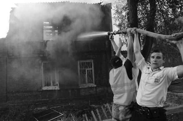Десятки частных домов охватил крупный пожар, вспыхнувший в Ростове-на-Дону. Ради тушения пожара пришлось эвакуировать около тысячи человек, привлечь сотни пожарных, самолеты и вертолеты, и даже пожарный катер
