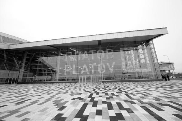 В Аксайском районе Ростовской области открылся новый аэропорт Платов – первая новая авиагавань, появившаяся в России после 1991 года. С 7 декабря он начал прием и отправку регулярных и чартерных рейсов. Первым тут приземлился чартер авиакомпании «Победа» из Внуково