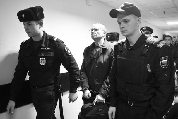 Суд признал экс-министра экономразвития Алексея Улюкаева виновным в получении 2 млн долларов взятки от главы Роснефти Игоря Сечина. Улюкаев приговорен к восьми годам колонии строгого режима, штрафу в 130 млн рублей и к запрету занимать госдолжности в будущем