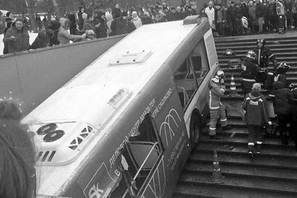 Трагическое ДТП произошло в центре Москвы – рейсовый городской автобус по неустановленным пока причинам сошел с трассы и въехал в пешеходный переход. Несколько человек погибли