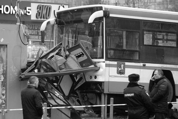 Рейсовый пассажирский автобус врезался в остановку возле станции метро «Сходненская» на северо-западе Москвы. В результате пострадали три человека. По предварительным данным, причиной инцидента стало то, что в автобус врезался легковой автомобиль, изменив траекторию его движения