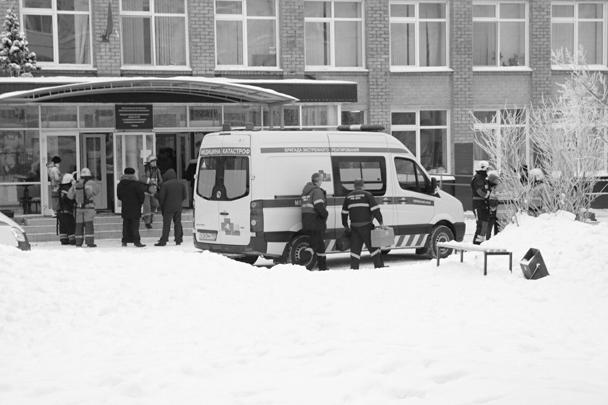 Массовая резня произошла в пермской школе № 127 в первый день учебы после зимних каникул. По последним данным, пострадали 15 человек, 12 из них госпитализированы, один ребенок, четвероклассник, находится в критическом состоянии