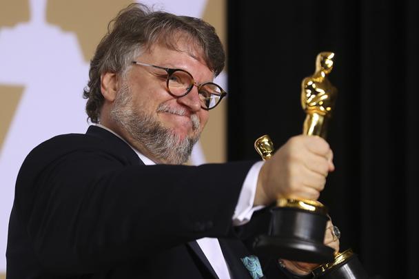 Церемония вручения премий «Оскар» состоялась в Лос-Анджелесе в ночь на понедельник. Гильермо Дель Торо с премией «Лучший режиссер» и премией «Лучший фильм» за «Форму воды». Награду за лучшую женскую роль второго плана получила Эллисон Дженни за фильм «Тоня против всех»
