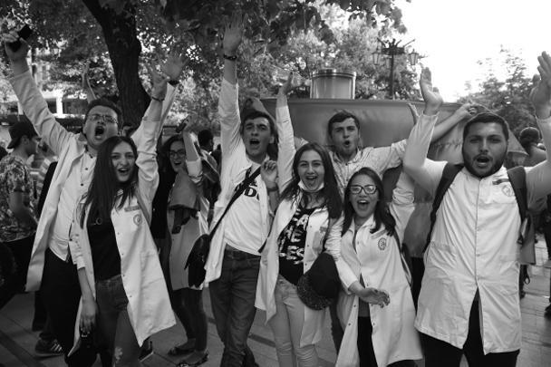 Возглавлявший Армению 10 лет Серж Саргсян подал в отставку на фоне многотысячных протестов оппозиции. Число протестующих в Ереване накануне достигло сотен тысяч, причем к ним примкнули даже военные. Беспорядки перебросились на провинцию. Еще неделю назад власть Саргсяна казалась незыблемой