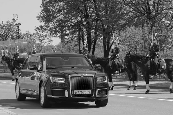 Установившаяся после распада СССР традиция использовать в качестве представительского автомобиля машину зарубежного производства наконец-то прервана. Президент России пересел в лимузин отечественного производства