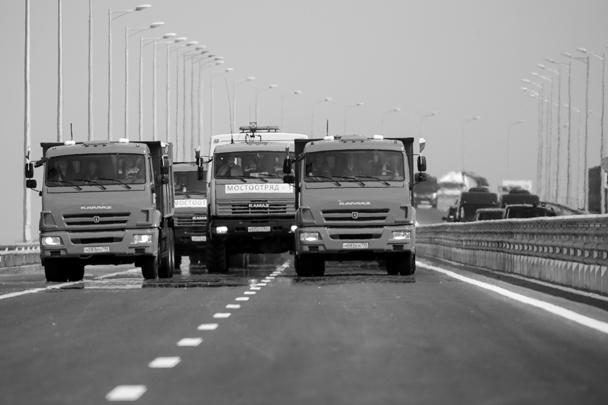 Во вторник Владимир Путин принял участие в торжественном открытии автомобильной части моста через Керченский пролив. Президент испытал мост на прочность за рулем КамАЗа в колонне из трех десятков грузовиков. Путь от Краснодарского края до Керчи занял 16 минут