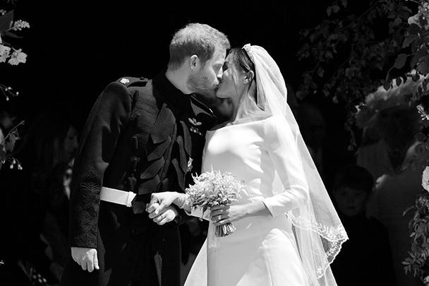 Британский принц Гарри обвенчался с американской актрисой Меган Маркл. Свадьба привлекла внимание миллионов людей по всему миру и стала главным светским событием последних месяцев. На церемонии присутствовали только члены королевской семьи, родственники и близкие друзья молодых