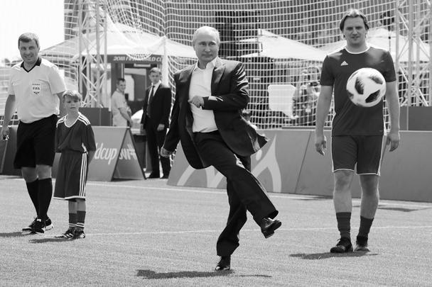 Президент Владимир Путин и глава ФИФА Джанни Инфантино сыграли вничью на тренажере в парке на Красной площади. Они нанесли по два удара, и итоговый счет получился «уно-уно». Путин также открыл товарищеский матч с участием воспитанников детдома и звезд футбола, в том числе Роналдо и Лотара Маттеуса