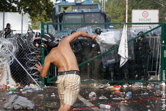 На границе Сербии и Венгрии начались столкновения мигрантов и полиции