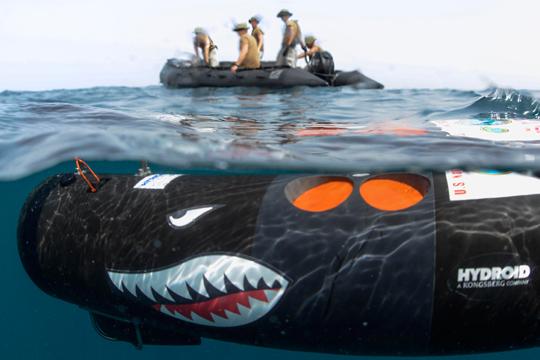 скандал не без;  подводной лодкой