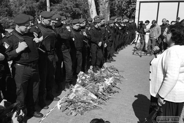 Некоторые пришедшие на траурный митинг возле Дома профсоюзов клали цветы прямо под ноги солдат, которые перекрыли Куликово поле. К 15 часам здесь собралось уже более 2 тыс. человек, и люди продолжают приходить