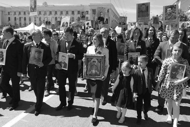 В Симферополе на шествие вышли 40 тыс. человек. Во главе колонны была прокурор Республики Крым Наталья Поклонская с иконой Николая II