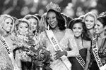 В Лас-Вегасе состоялся финал «Мисс США – 2016». Победительницей 65-го ежегодного конкурса красоты стала 26-летняя Дешона Барбер из округа Колумбия, чернокожая военнослужащая американской армии, которая служит в звании капитана квартирмейстерской службы(фото: Steve Marcus/Reuters)