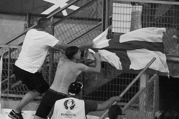 После вторжения в английский сектор российским фанатам в виде трофеев достались английские флаги