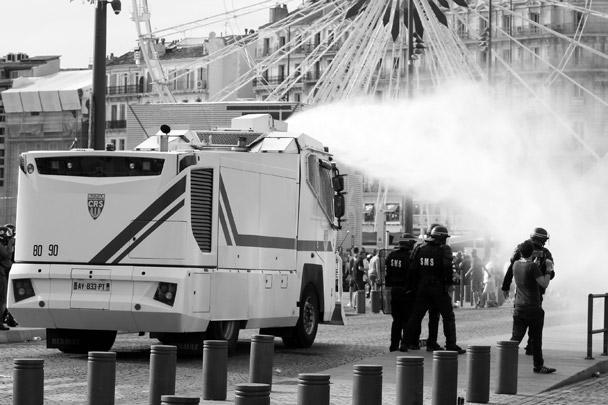 Полиция Марселя, насколько могла, старалась остудить пыл разгоряченных фанатов
