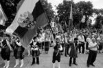 Также в Симферополе прошел многонациональный танцевальный флешмоб «Мы едины», посвященный Дню России. Флешмоб соединил в себе элементы греческого, еврейского, немецкого, украинского, крымско-татарского и русского танцев(фото: Алексей Павлишак/ТАСС)