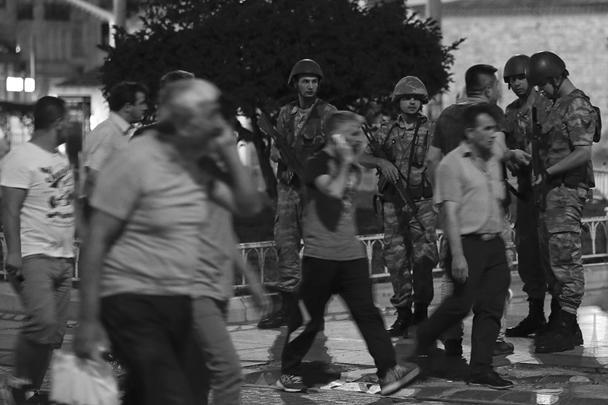 Военные появились на улицах турецких городов