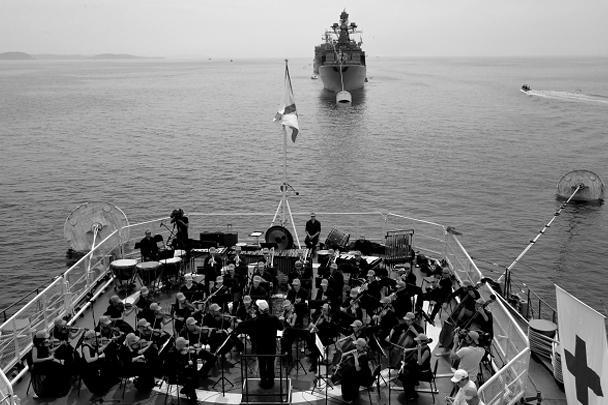Оркестр Мариинского театра под управлением Валерия Гергиева играет на палубе ГРК «Варяг» в рамках празднования Дня Военно-морского флота