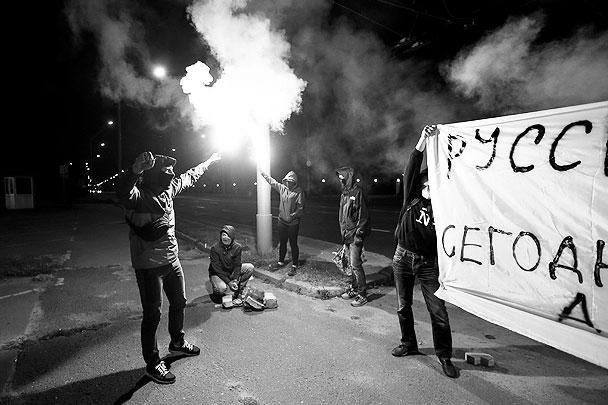 Радикалы прежде всего возражали против проведения предстоящих в воскресенье парламентских выборов в Крыму, чью территорию Украина называет своей