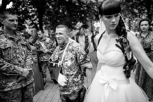 Арсений Павлов и его супруга Елена после бракосочетания в ЗАГСе Донецка